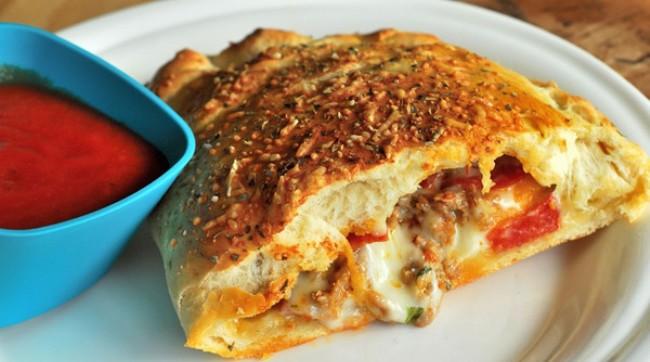 Особенности итальянской пиццы кальцоне с помидорами и сыром «Моцарелла»