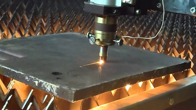Процесс резки металла лазером.